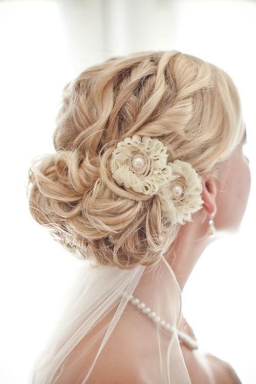 Para el pelo rizo o rizado, este recogido elegante con flores | 20 fotos de peinados para novias actuales y elegantes