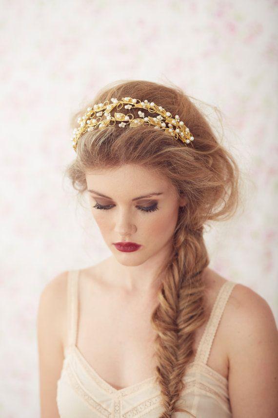 Peinado de trenza espiga lateral con diadema para una novia perfecta | 20 fotos de peinados para novias actuales y elegantes