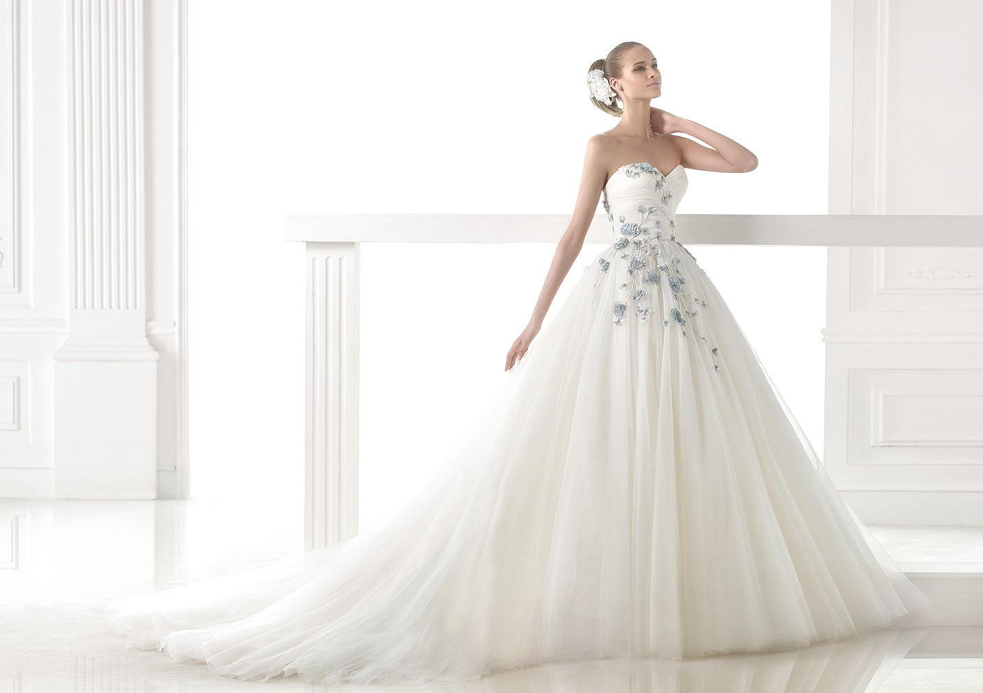 Pronovias combina el vestido blanco con los bordados en color | Quieres conocer las tendencias en vestidos de novias 2015?