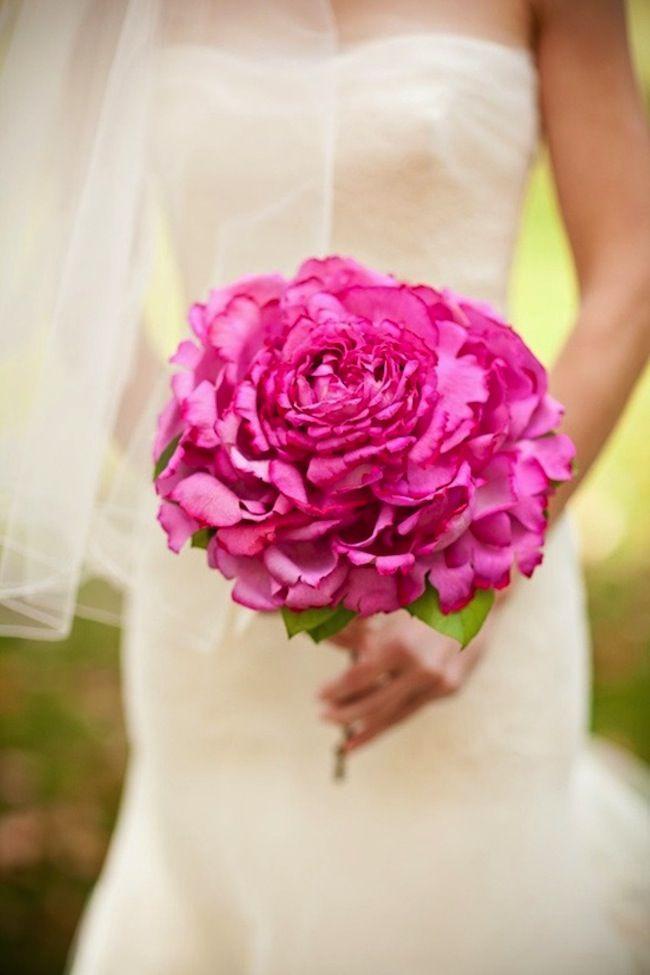 Ramo sencillo con flor rosa para añadir color al vestido de la novia