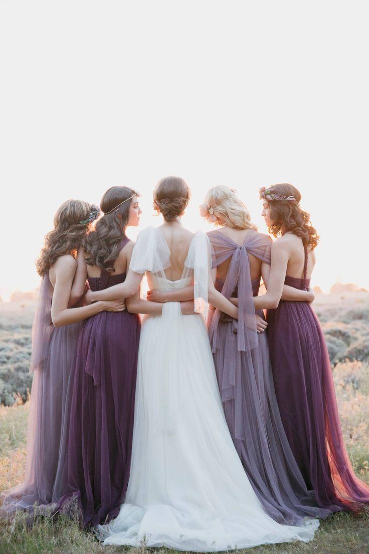 La novia con sus amigas que puede ser un bonito recuerdo para inspirarnos el día de nuestra boda