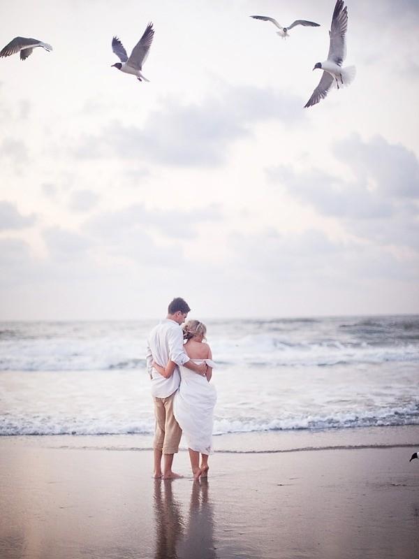 6f6c30713e8 Pareja de novios mirando el mar quien ha sido testigo de su enlace