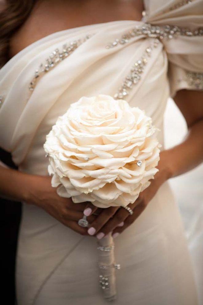 Una sola flor, con delicada pedrería marca tendencia en los ramos de novia 2015