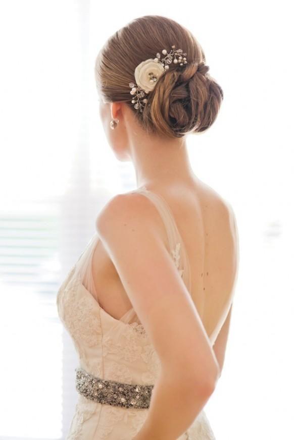 Para un vestido de invitada romántico, un peinado del mismo estilo