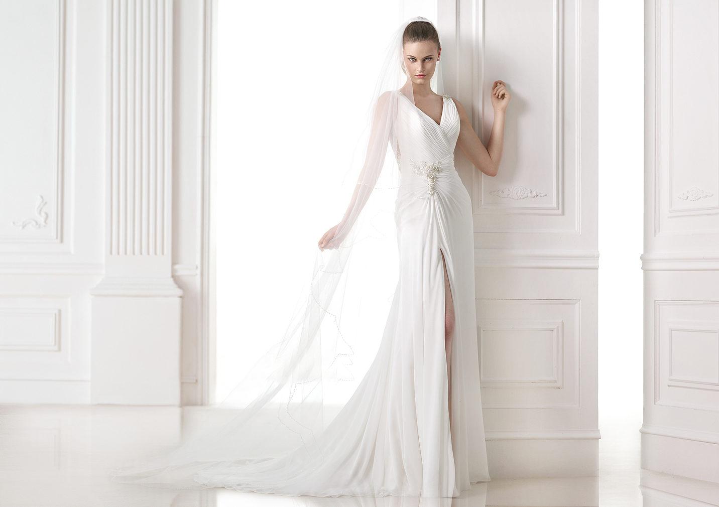 Pronovias nos muestra este sensual vestido de novia con abertura en las piernas y escote a pico