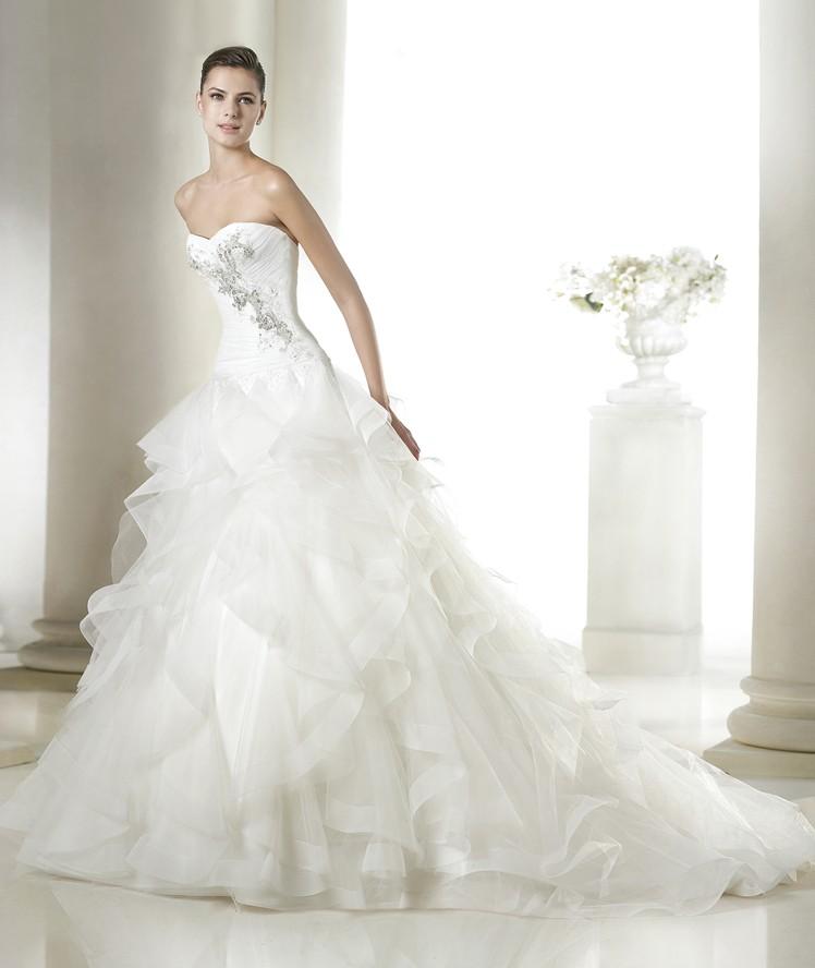 Dale volumen a tu vestido de novia con estos volantes y añade las pinceladas de color   que marcan tendencia