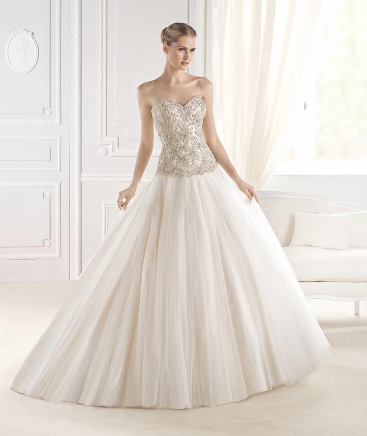 La Sposa nos deja un vestido elegante y con mucho brillo gracias a la pedrería