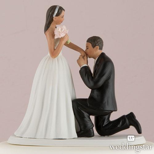 El novio se inclina ante ella. La novia le ofrece su mano y él la besa. ¡Todo un cuento de hadas!