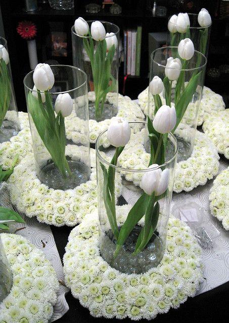 Jarrones de cristal con flores blancas para bodas