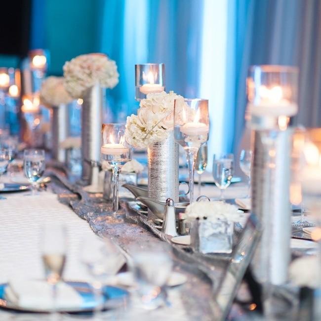 Plata y flores color pastel para decorar tu mesa de boda
