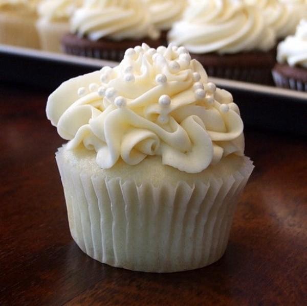 Cupcakes decorados con nata y perlas de azúcar