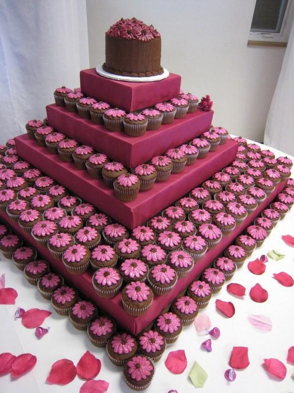 Pastel de boda que parece un campo de margaritas gracias a los cupcakes