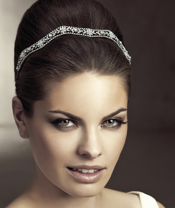 Pedrería para acompañar tu peinado de novia. Una idea estupenda de San Patrick
