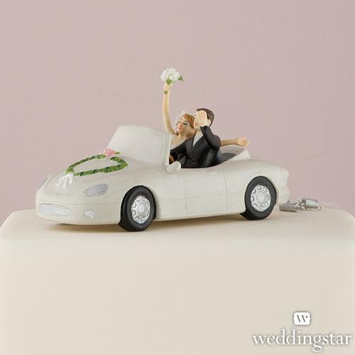 El coche de los novios en la figura de la tarta de boda