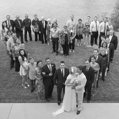 Fotografía de boda romántica, en forma de corazón y con los invitados