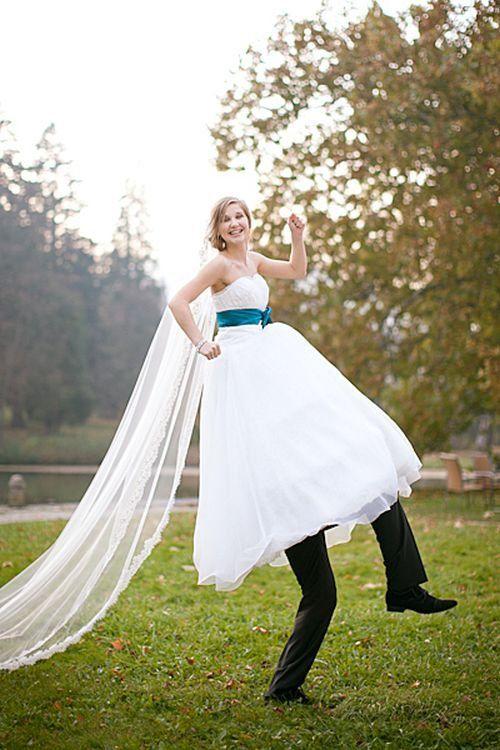 Divertida imagen de la novia a hombros del novio