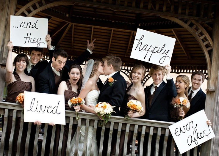 Foto grupal con mensajes para terminar una boda perfecta