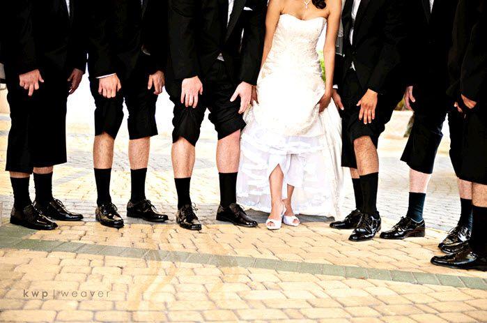 Los chicos imitan lo que la novia hace para una imagen de boda original