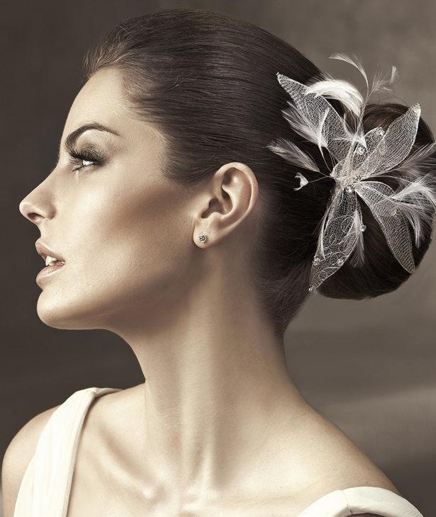 Tocado de flor compuesto por plumas