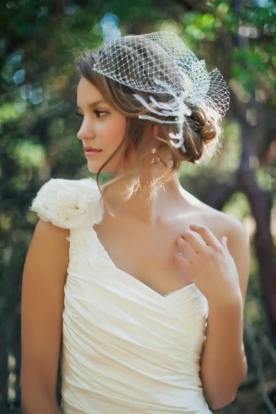 Tocado para novias de estilo vintage con redecilla. ¡Elegante y perfecto!