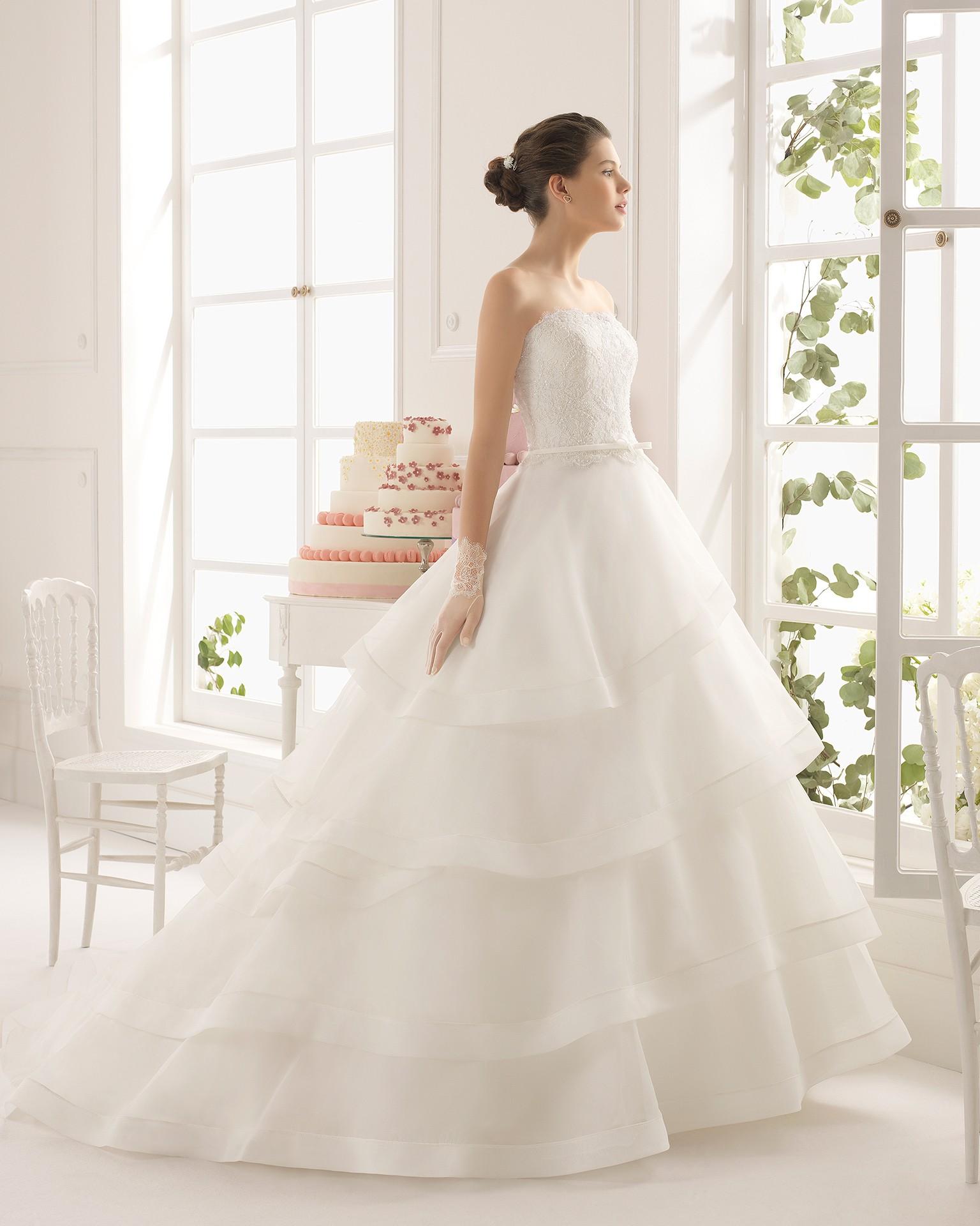 Sofisticado vestido de novia con volantes