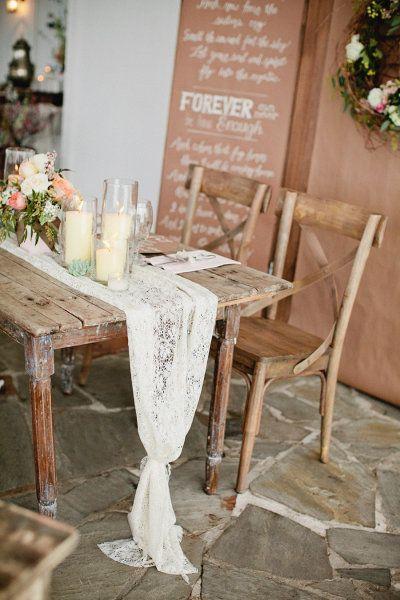 Camino de mesa como decoración de una boda rústica