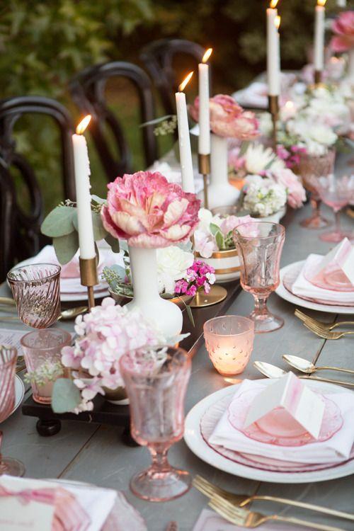 Mesa romántica con flores y velas para una velada inolvidable