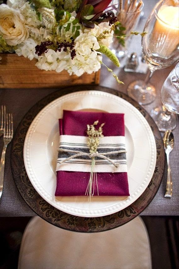 El color Marsala está presente en la mesa gracias a este toque tan lujoso