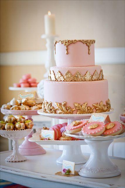 Pastel de boda en color rosa y dorado. ¡Un bocado muy dulce!