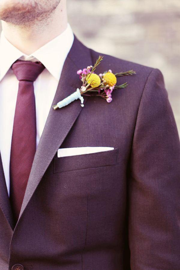 El novio también se apunta a esta tendencia gracias a su corbata y a su traje