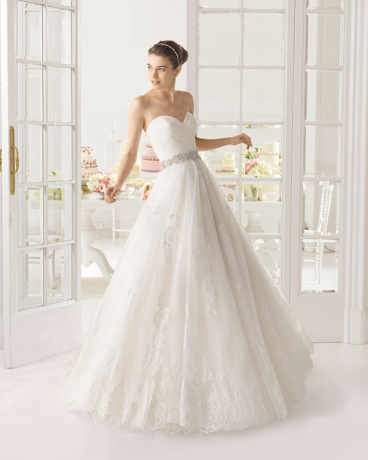 Precioso vestido de estilo princesa con encajes y pedrería. ¿Qué mas se puede pedir?