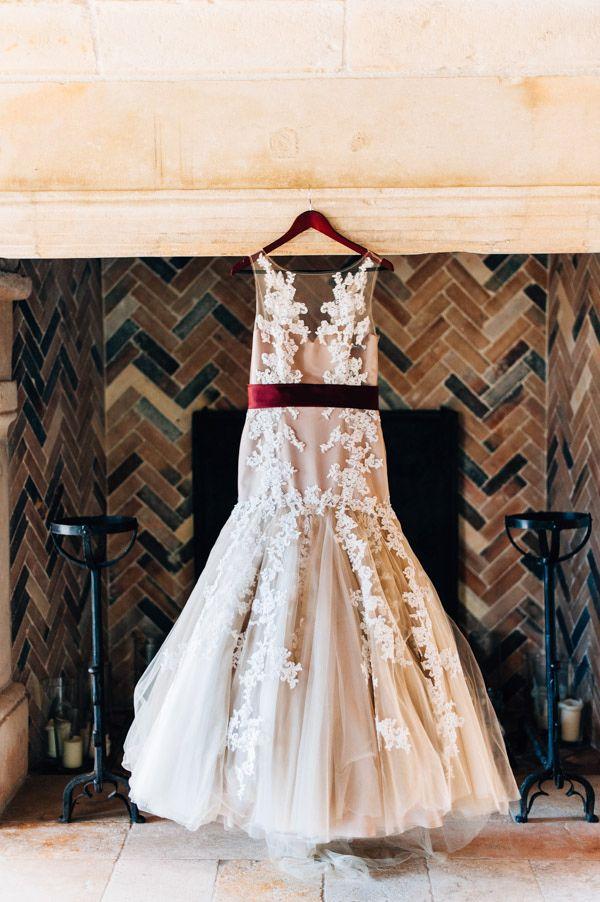 Vestido de novia con cinturón en color Marsala