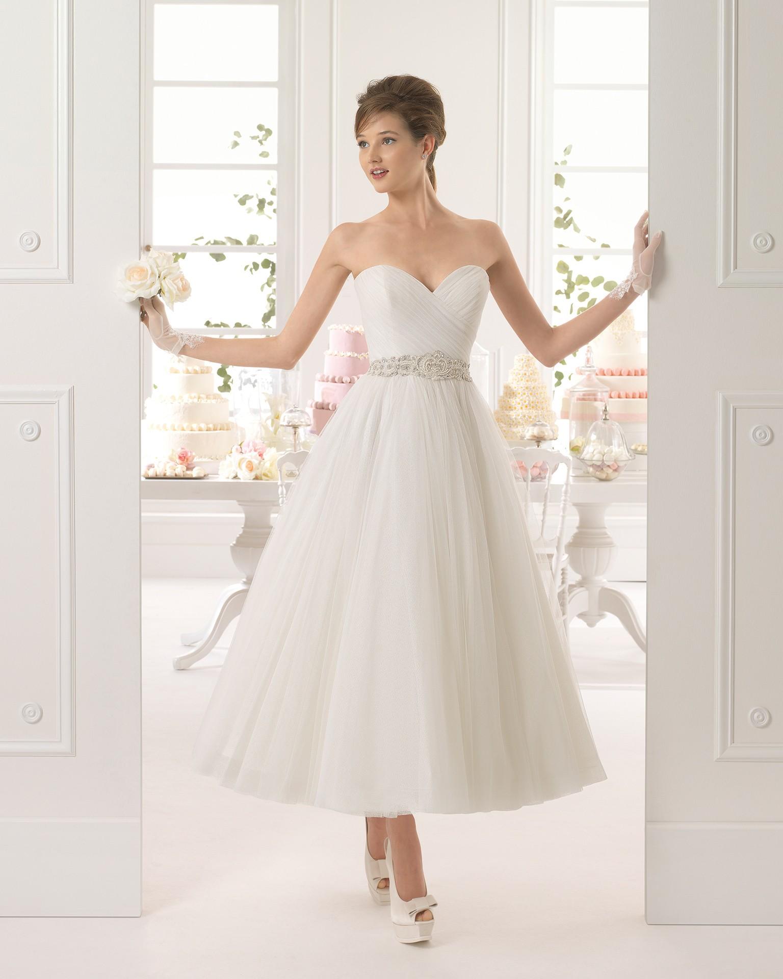 Vestido de novia con falda midi de la firma Aire Barcelona