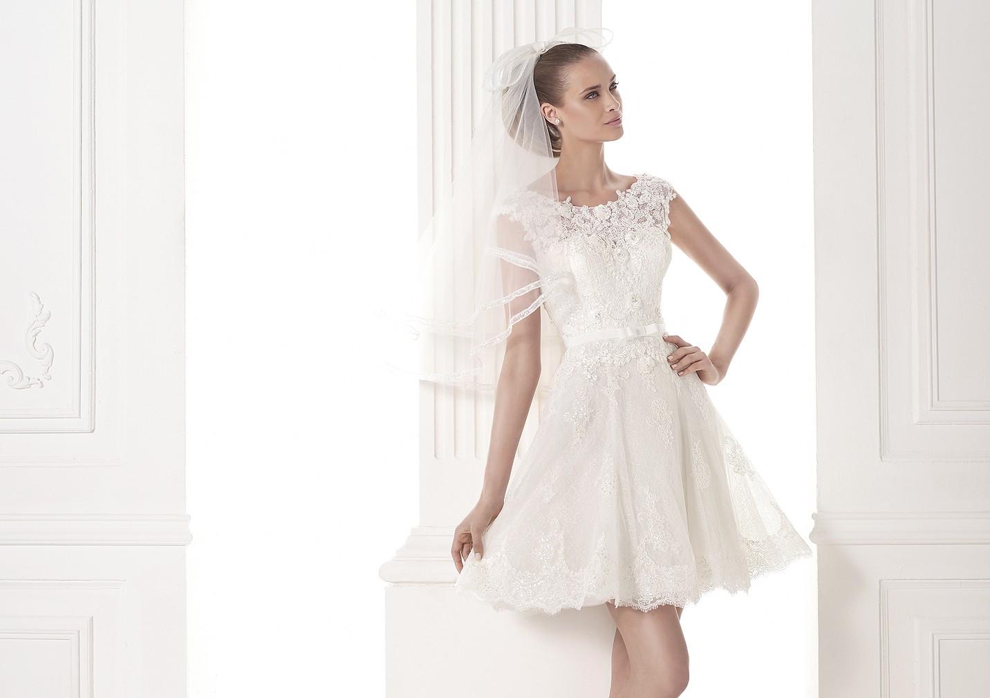 Vestido y velo cortos para una novia Pronovias