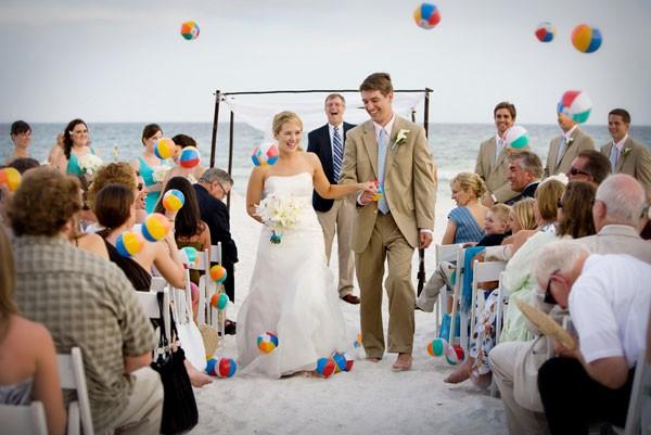 Balones de playa en lugar del arroz o los pétalos en tu boda. ¡Creatividad al máximo!