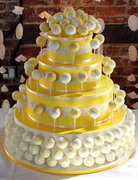 Una bonita tarta primaveral en amarillo y blanco pero siempre con cake-pops