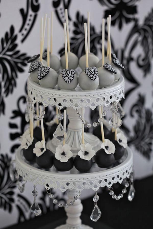Dos pisos redondos dan paso a unos cake-pops muy elegantes combinados en blanco, negro y gris