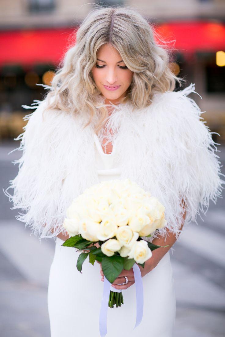 Vestidos para novias con capas y abrigos for Chaquetas de novia