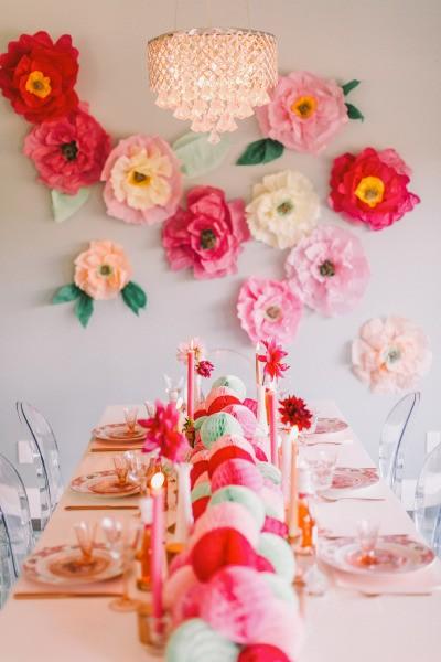 Flores a todo color para decorar las paredes de la fiesta