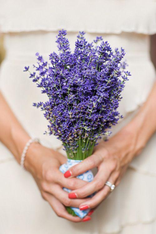 El coral también protagoniza la manicura más especial para las novias del verano