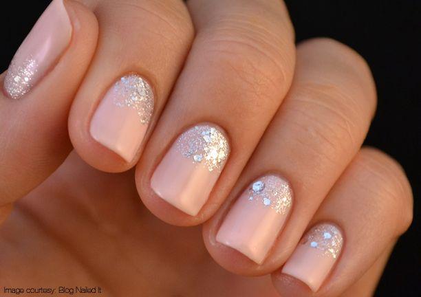 Apuesta por el color nude para tu manicura perfecta y acompáñala de un toque de pedrería