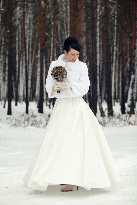 Una novia invernal con una bonita chaqueta con el frío