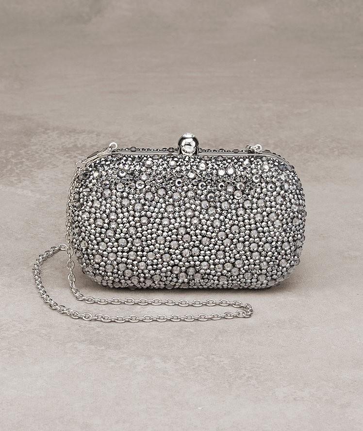 c79d232c7 La pedrería y el color plata se funden para un bolso de lujo