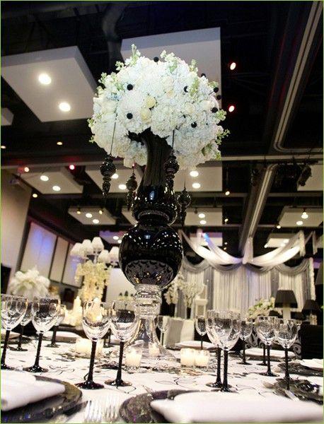 Los centros de mesa en color negro aportan la máxima elegancia