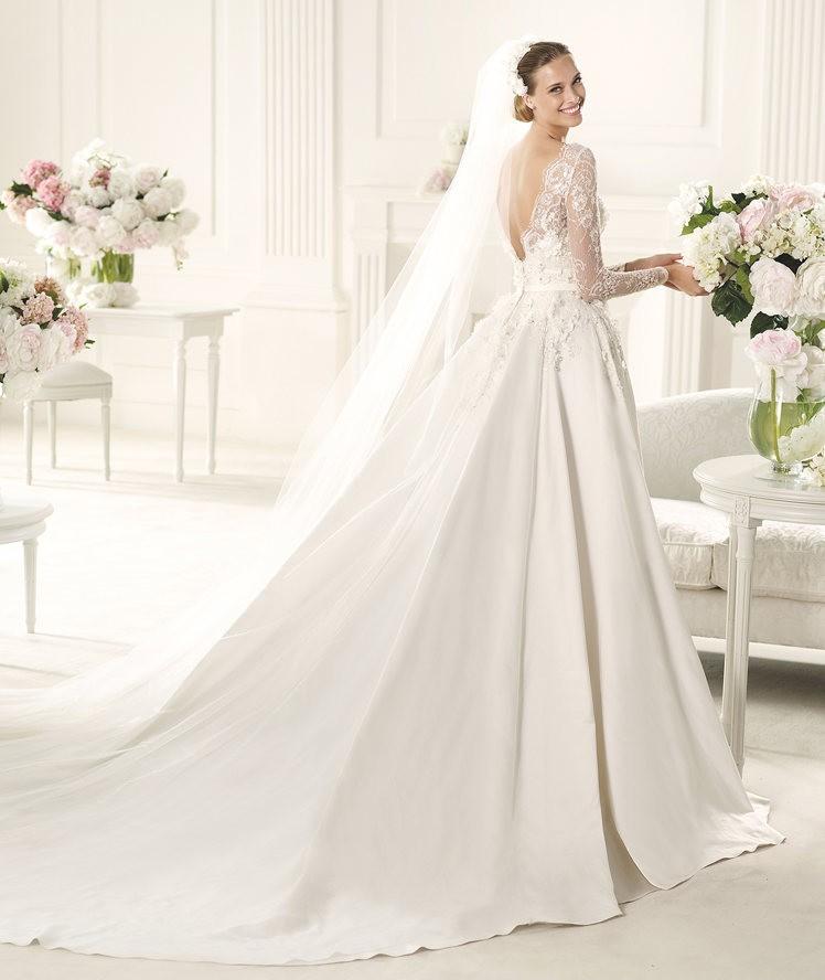 Un ligero y romántico tejido de blonda termina con un precioso escote de Elie Saab