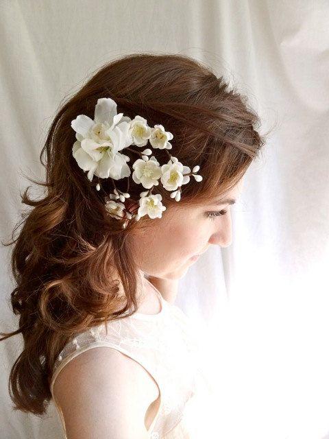 Unas flores laterales concluyen un peinado muy natural