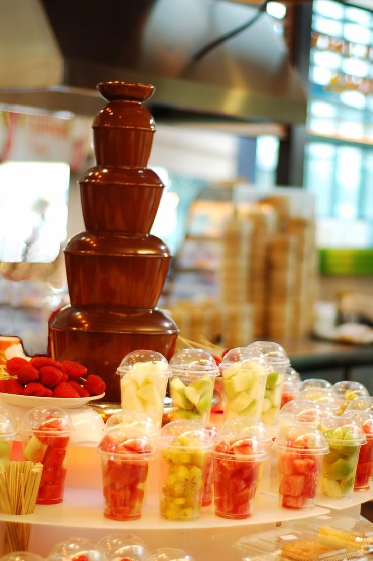 Las frutas forman parte de esta fuente de chocolate que está esperando por nosotros