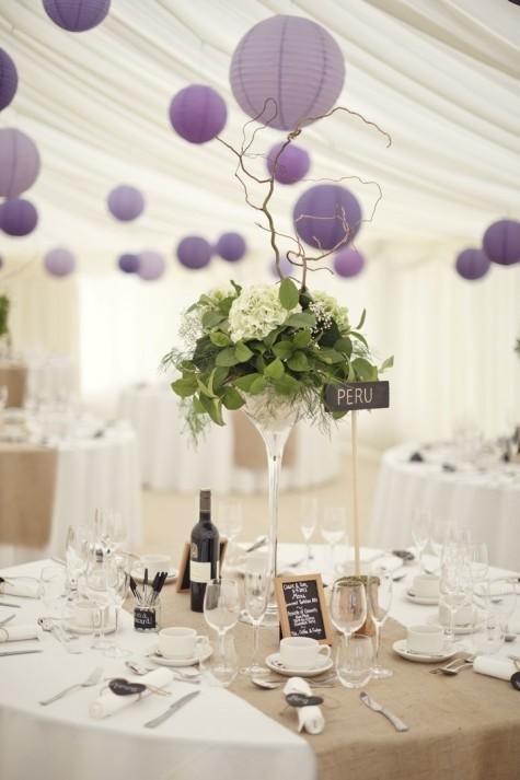 Una boda elegante en color blanco y con globos en tonos lila