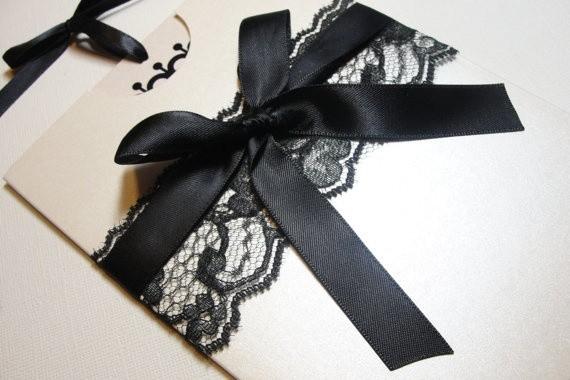 Invitaciones de boda en blanco y negro con lazo de raso y encaje