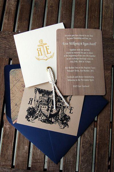 Las invitaciones cuentan con el estilo marinero tanto en los colores como en los complementos